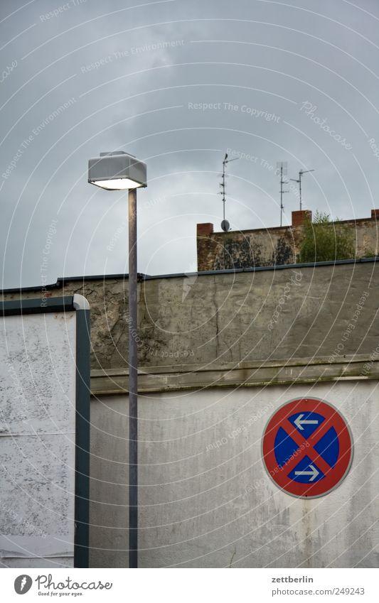 Trüb Himmel Stadt Straße Wand Mauer Regen Wetter Verkehr trist nass Zeichen Sehnsucht Laterne Fernweh schlecht Liebeskummer
