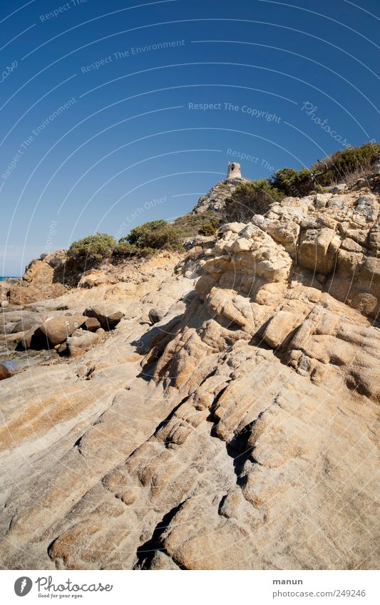 Nuraghe Landschaft Urelemente Wolkenloser Himmel Hügel Felsen Sardinien Bauwerk Sehenswürdigkeit Nuraghendörfer authentisch Fernweh Perspektive