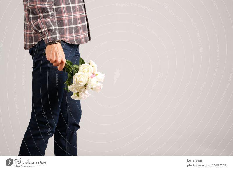 Mann in Jeans und kariertem Hemd mit weißen Blumen in der Hand. kaufen Stil Valentinstag Muttertag maskulin Erwachsene 1 Mensch 18-30 Jahre Jugendliche genießen