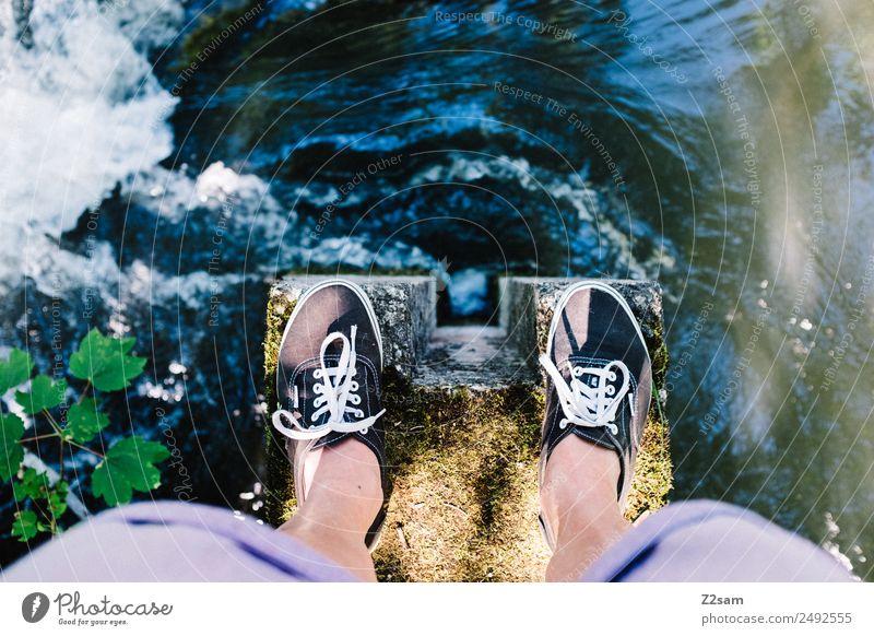 Draufsicht Junger Mann Jugendliche Beine Fuß 30-45 Jahre Erwachsene Umwelt Natur Landschaft Schönes Wetter Flussufer Bach Erholung stehen außergewöhnlich