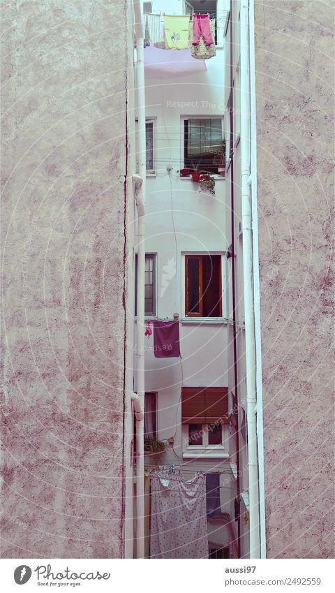 backyardbound II Fenster Wärme Wohnung Balkon mediterran trocknen Wäsche Hinterhof Wäscheleine Miete