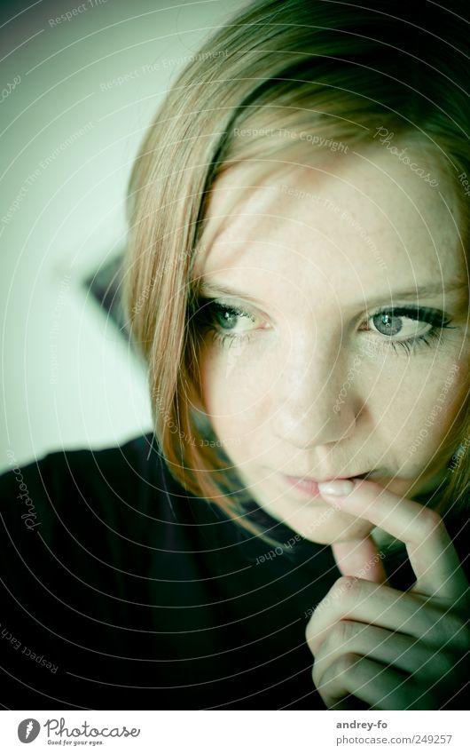 In Gedanken. Frau Mensch Jugendliche ruhig Gesicht feminin Gefühle Erwachsene Denken Stimmung Mund Finger Hoffnung beobachten Mut