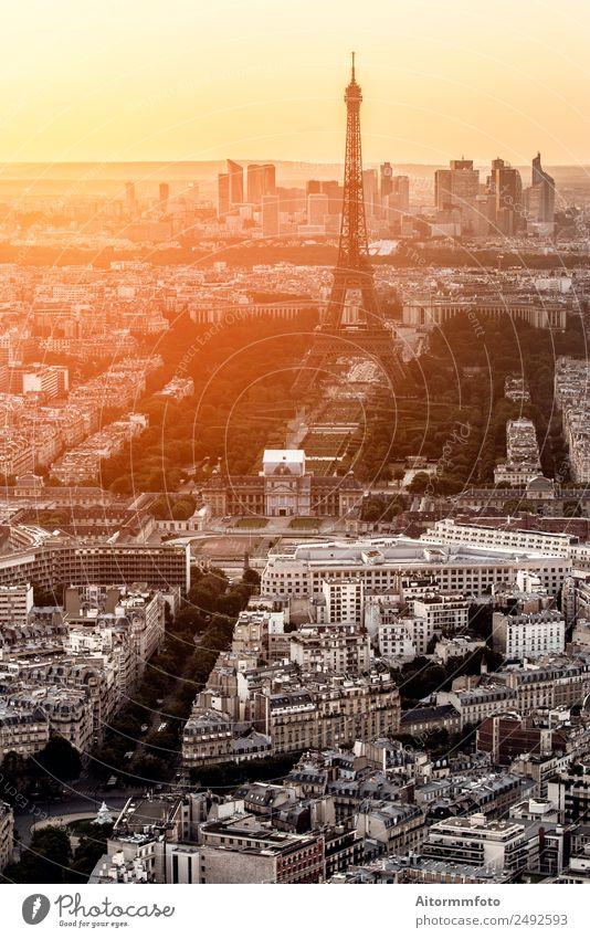Eiffelturm in Paris bei goldenem Sonnenuntergang Ferien & Urlaub & Reisen Tourismus Ausflug Sightseeing Städtereise Kultur Landschaft Sonnenaufgang Stadt