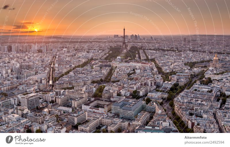 Drohnenaufnahme von Paris bei goldenem Sonnenuntergang Ferien & Urlaub & Reisen Tourismus Ausflug Sightseeing Städtereise Kultur Landschaft Sonnenaufgang