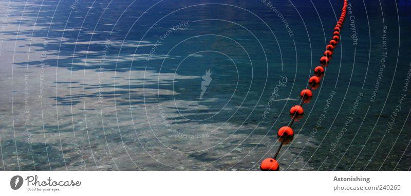 hinter die Linie! Natur Wasser blau rot Ferien & Urlaub & Reisen Umwelt See liegen Schwimmen & Baden Schnur Italien Kunststoff Kugel Grenze Seeufer