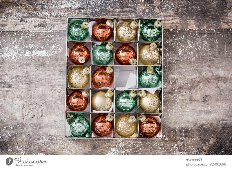 Weihnachtskugeln in Box auf rustikalem Holzgrund Weihnachten Ball rot weiß Hintergrund neutral Hintergrundbild Dezember Party Weihnachten & Advent