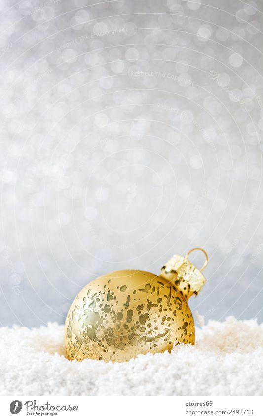 Weihnachtskugel auf Schnee und silbernem Glitzergrund Ferien & Urlaub & Reisen Dekoration & Verzierung Party Feste & Feiern Weihnachten & Advent Ball Kugel gold