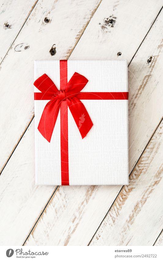 Weiße Geschenkbox auf weißem Holzgrund. Draufsicht. Weihnachten & Advent Verpackung Kasten Dekoration & Verzierung Souvenir Ornament rot Schachtel