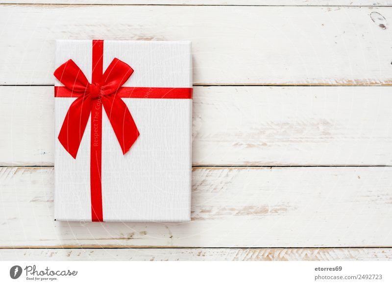 Weiße Geschenkbox auf weißem Holzgrund. Draufsicht. Kopierbereich Weihnachten & Advent Verpackung Kasten Dekoration & Verzierung Souvenir Ornament rot Schachtel