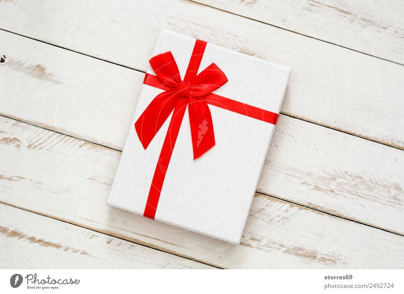 Weiße Geschenkbox auf weißem Holzgrund Weihnachten & Advent Verpackung Kasten Dekoration & Verzierung Souvenir Ornament rot Schachtel Ferien & Urlaub & Reisen
