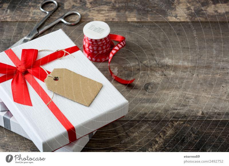 Weiße Geschenkbox mit Aufkleber auf Holztisch. Ferien & Urlaub & Reisen Innenarchitektur Dekoration & Verzierung Feste & Feiern Valentinstag