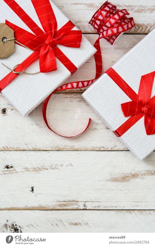 Weiße Geschenkbox auf weißem Holzgrund. Weihnachten & Advent Verpackung Kasten Dekoration & Verzierung Souvenir Ornament rot Schachtel Ferien & Urlaub & Reisen