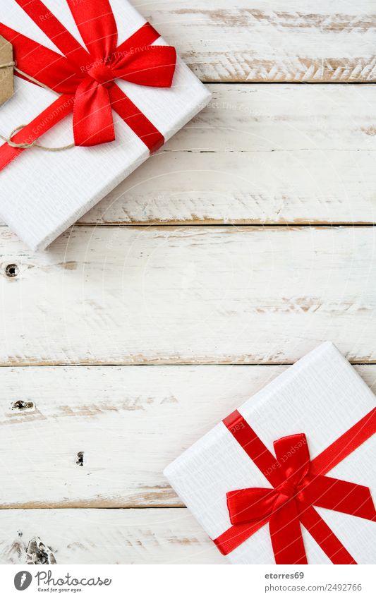 Weiße Geschenkboxen auf weißem Holzgrund. Weihnachten & Advent Verpackung Kasten Dekoration & Verzierung Souvenir Ornament rot Schachtel