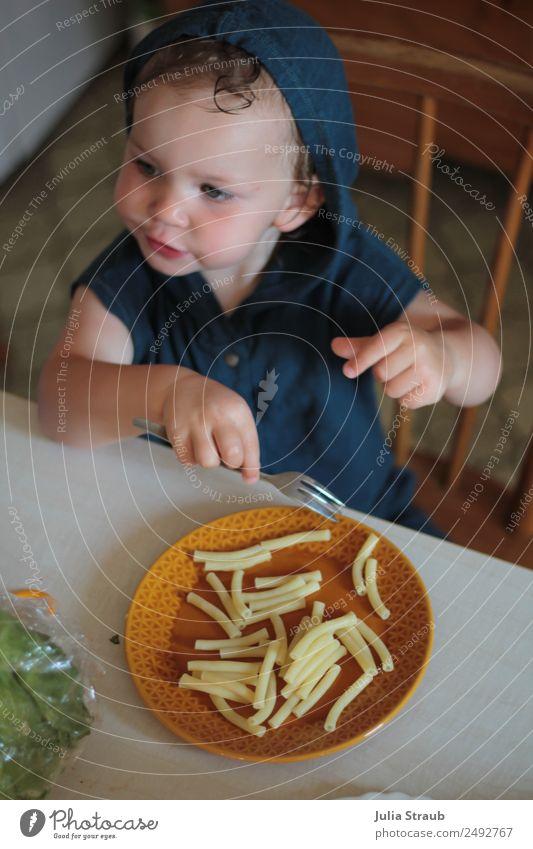 Mädchen Nudel Retro Küche Nudeln Mittagessen Teller Gabel Häusliches Leben Stuhl Tisch feminin Kleinkind Kindheit 1 Mensch 1-3 Jahre Haus jumpsuit brünett
