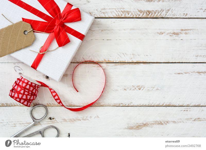 Weiße Geschenkbox auf weißem Holzgrund. Weihnachten & Advent Verpackung Kasten Schachtel Dekoration & Verzierung Souvenir Ornament rot Ferien & Urlaub & Reisen