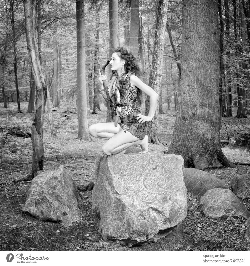 In the woods (2) Mensch feminin Junge Frau Jugendliche 1 18-30 Jahre Erwachsene Umwelt Natur Landschaft Wald beobachten schwarz weiß Stein Bäume hocken knien
