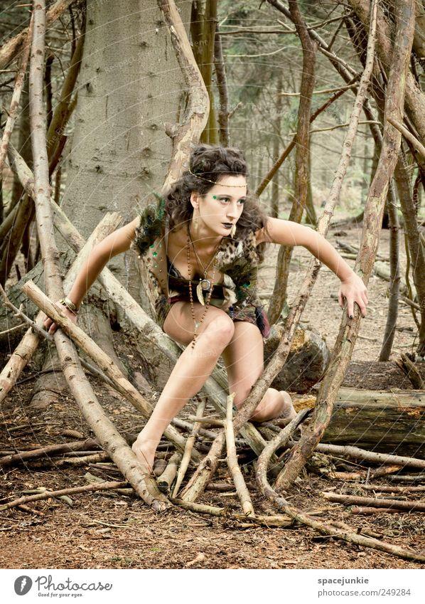 Auf der Jagd Mensch feminin Junge Frau Jugendliche 1 18-30 Jahre Erwachsene Umwelt Natur Landschaft Pflanze Baum Wald Holz beobachten entdecken exotisch