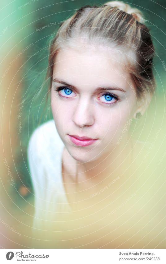 farbenspiel. Mensch Jugendliche schön Sommer Erwachsene kalt feminin Haare & Frisuren Denken Mode Park Kraft blond 18-30 Jahre Beautyfotografie Junge Frau