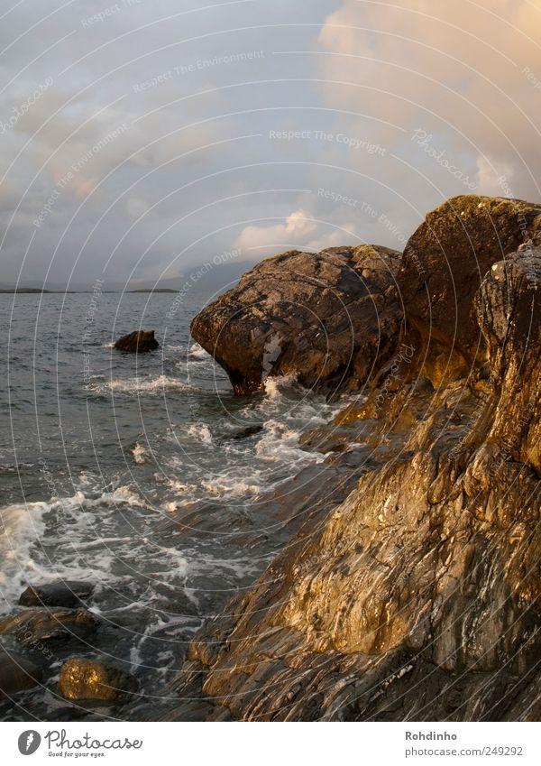 Küstenklippen Ferien & Urlaub & Reisen Abenteuer Freiheit Meer Wellen Natur Landschaft Wasser Wetter Wind Felsen Riff bedrohlich nass wild Umwelt Stein Wolken
