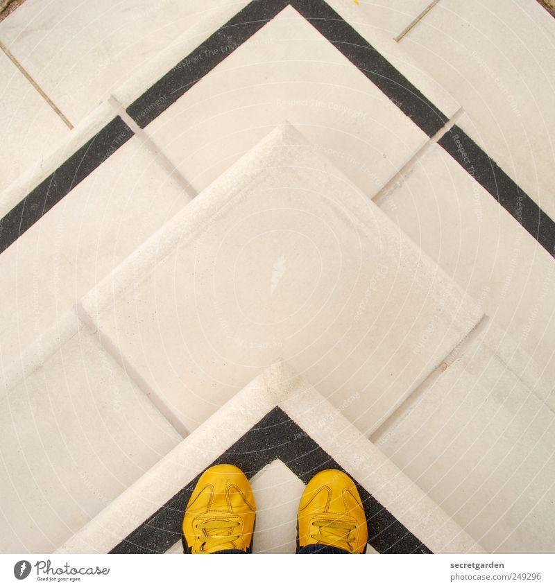 abwärts und aufwärts gleichzeitig. Sportler Mensch maskulin androgyn Treppe Fußgänger Stein Beton Linie Pfeil unten gelb schwarz weiß Ordnungsliebe Turnschuh