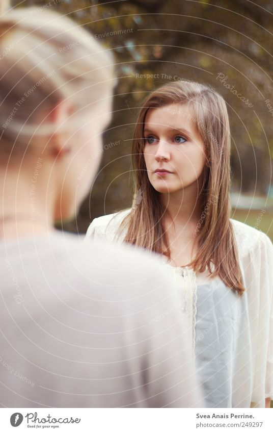 distanz. feminin Junge Frau Jugendliche Haare & Frisuren Gesicht Schulter 2 Mensch 18-30 Jahre Erwachsene Schönes Wetter Bluse brünett langhaarig beobachten
