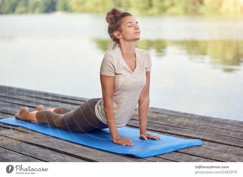 Attraktive Frau beim Training auf einem Holzdeck Lifestyle schön Körper Wellness Erholung Meditation Yoga Erwachsene 1 Mensch See Fitness weiß Energie