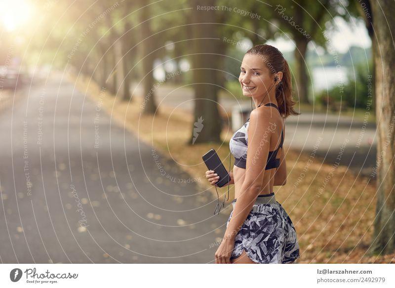 Attraktive, sportliche Frau mit ihrem Handy Lifestyle Körper Gesicht Sommer Musik Sport Joggen Telefon PDA Fotokamera Erwachsene 1 Mensch 18-30 Jahre