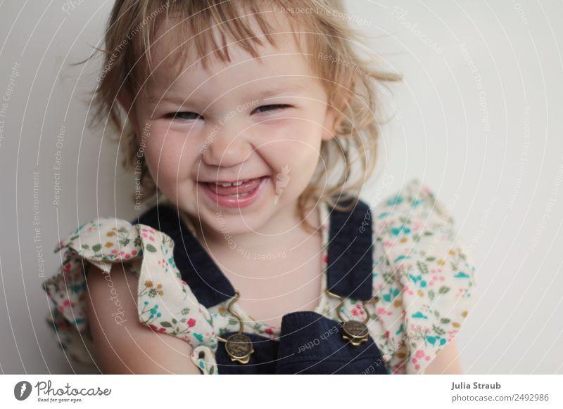 Grinsen Zahnlücke Mädchen süß feminin Kleinkind Kindheit 1 Mensch 1-3 Jahre Bluse Latzhose blond kurzhaarig Locken Pony lachen leuchten frech frei Fröhlichkeit