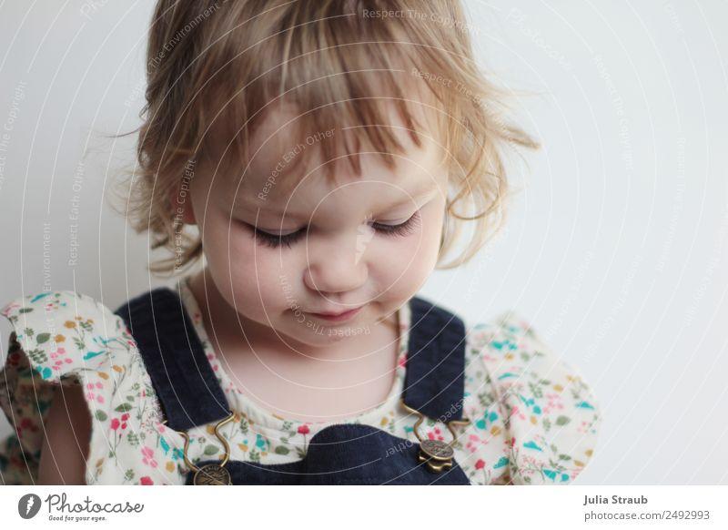 Kleinkind süß Kleid Bluse feminin Mädchen 1 Mensch 1-3 Jahre kordkleid Latzhose blond kurzhaarig Locken Pony Traurigkeit schön klein blau Sorge Unlust Kindheit