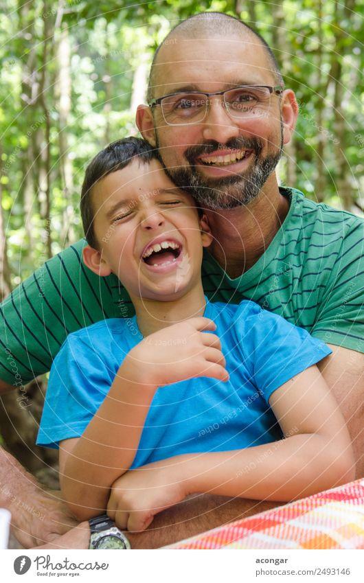 Vater bringt seinen Sohn zum Lachen. Lifestyle Mensch Kind Junge Mann Erwachsene Familie & Verwandtschaft 2 3-8 Jahre Kindheit 30-45 Jahre Lächeln lachen