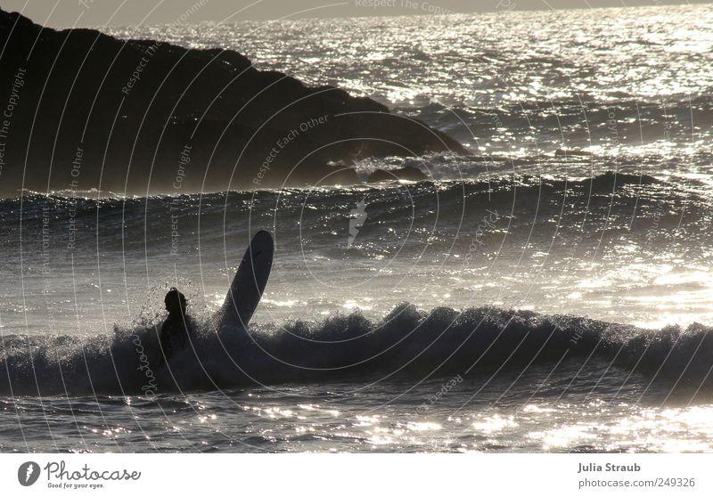 aufgetaucht Mensch Mann Wasser Sommer Meer Einsamkeit schwarz Erwachsene Leben Felsen Wellen maskulin Schönes Wetter Leidenschaft silber Surfer