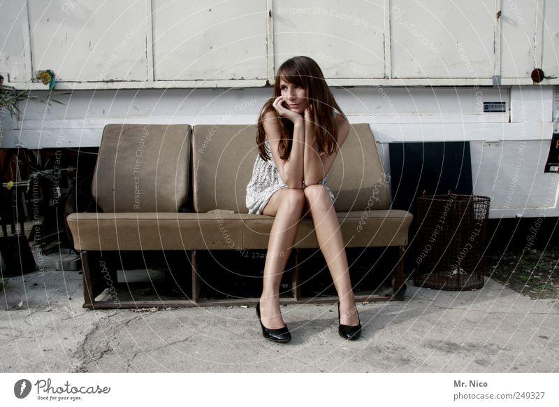 sitzen gelassen Frau schön Einsamkeit feminin Erwachsene Stil Traurigkeit Gebäude Beine Haut warten Hoffnung Kleid Sehnsucht dünn