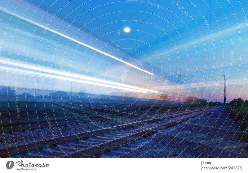 Links vor Rechts Mond Verkehr Verkehrswege Schienenverkehr Gleise fahren Geschwindigkeit blau schwarz weiß Nachtzug Farbfoto mehrfarbig Außenaufnahme Experiment