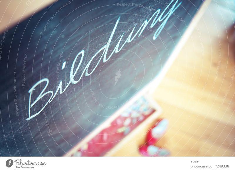 in Schönschrift Schule Kindheit Schuhe Freizeit & Hobby lernen Schriftzeichen authentisch Häusliches Leben Kindheitserinnerung Buchstaben Bildung Tafel Typographie Kreide Wort Kindererziehung