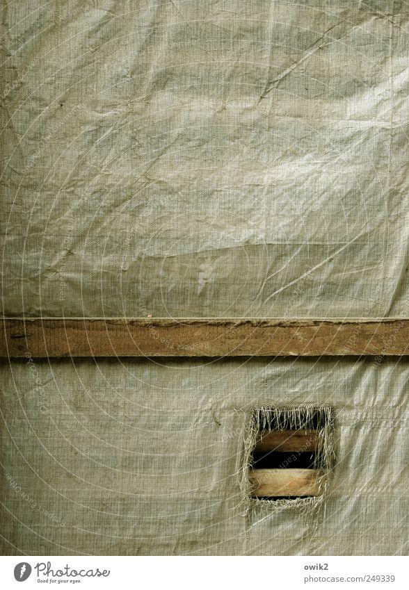 Durchreiche Bauwerk Gebäude Baustelle Fassade Holzbrett Abdeckung Schutz Falte Riss Loch Franse Holzleiste Kunststoff kaputt trashig Stress Desaster Frustration