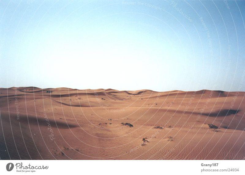 Unendliche Weiten Wasser grün Sonne Ferien & Urlaub & Reisen Farbe Straße Gras Sand Wärme Linie groß fahren Physik Wüste heiß Stranddüne