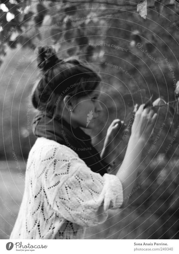 . feminin Junge Frau Jugendliche 1 Mensch 18-30 Jahre Erwachsene Ast Baum Pullover Schal Dutt festhalten natürlich dünn greifen Schwarzweißfoto Außenaufnahme