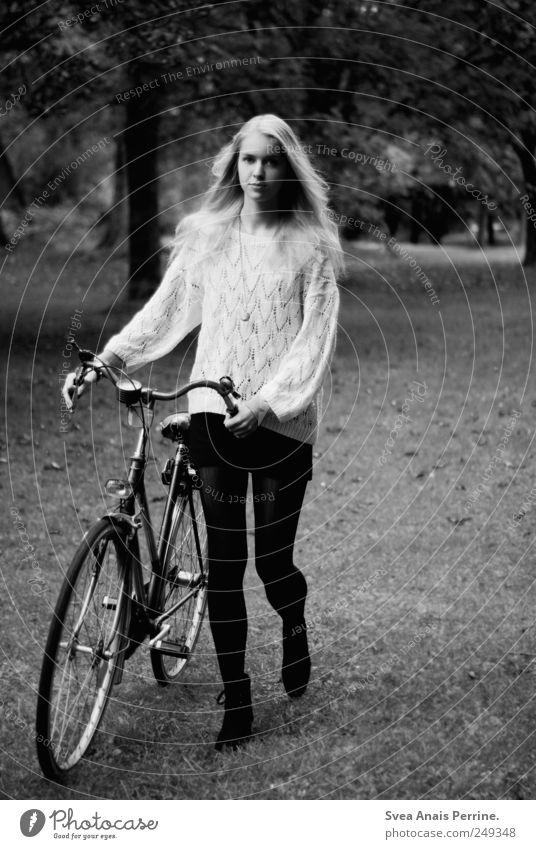 fahrrad. feminin Junge Frau Jugendliche 1 Mensch 18-30 Jahre Erwachsene Baum Park Wiese Rock Pullover langhaarig Fahrrad festhalten dünn schieben Rad alternativ