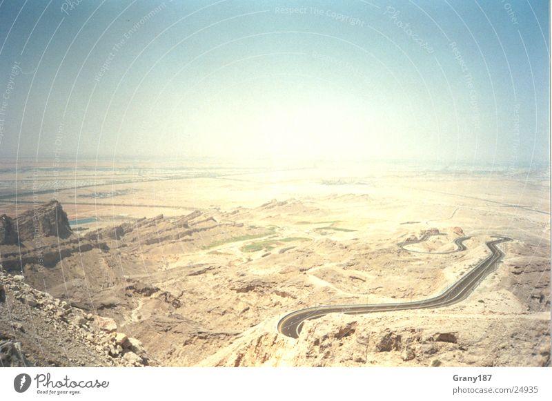 Serpentinen ohne Ende Sonne grün Ferien & Urlaub & Reisen Straße Farbe Gras Berge u. Gebirge Wärme Sand Linie groß fahren Aussicht Wüste Asphalt Physik