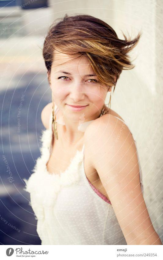 wie wär's? feminin Junge Frau Jugendliche 1 Mensch 18-30 Jahre Erwachsene brünett kurzhaarig schön Lächeln Wind sympathisch frech Farbfoto Außenaufnahme Tag