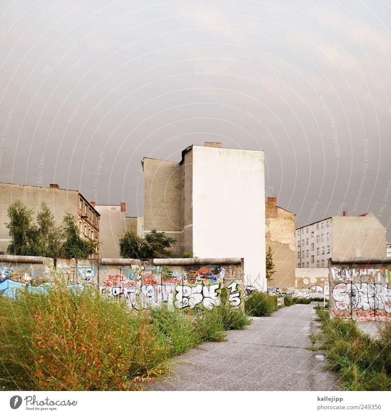 sollbruchstelle Stadt Graffiti Wege & Pfade Traurigkeit Mauer Denkmal Wahrzeichen Hauptstadt Sehenswürdigkeit Öffnung Berliner Mauer Mauerstreifen Todesstreifen Tag der Deutschen Einheit