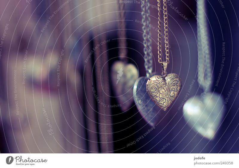 Herz sucht Pochen alt Liebe Metall glänzend gold Kitsch Schmuck hängen antik Schmuckanhänger Krimskrams herzförmig beschriften Gravur Goldkette