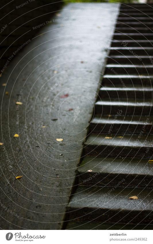 Treppe Karriere Haus Industrieanlage Bauwerk Gebäude Mauer Wand nass Abstieg aufsteigen aufwärts geneigt Kellertreppe schräg Behinderte Behindertengerecht Beton