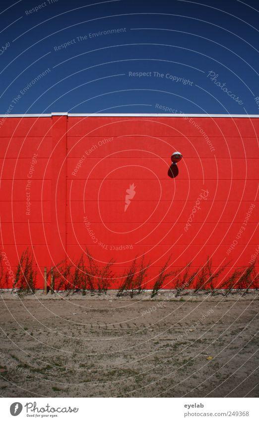 Rote Wände sieht man besser Umwelt Himmel nur Himmel Wolkenloser Himmel Klima Wetter Schönes Wetter Pflanze Sträucher Haus Industrieanlage Platz Bauwerk Gebäude