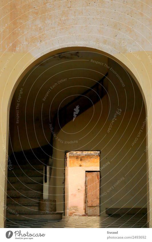 Torbogen - Heiliger Louis de Senegal Haus Kunst Architektur Kultur Dorf Stadt Altstadt bevölkert Gebäude Fassade Straße alt authentisch gelb orange Abenteuer