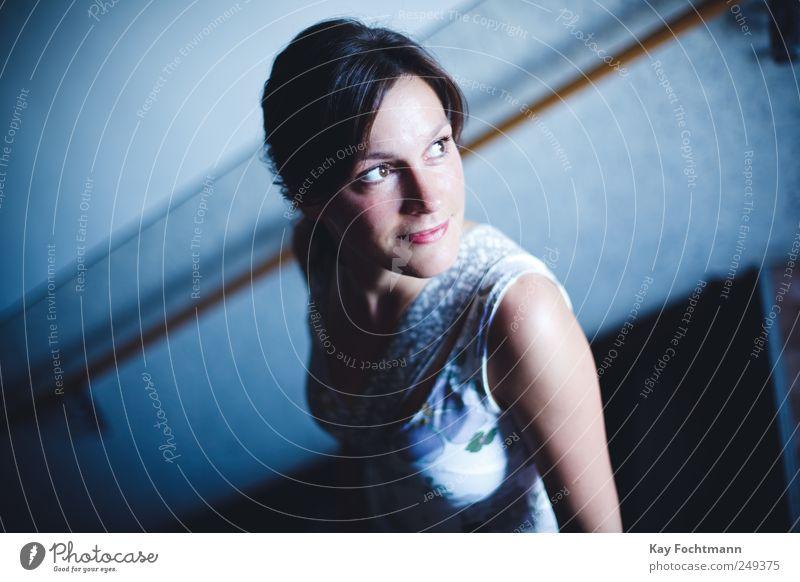 ° Glück schön Häusliches Leben Treppenhaus feminin Junge Frau Jugendliche Erwachsene 1 Mensch 18-30 Jahre Kleid Tasche brünett langhaarig Scheitel beobachten