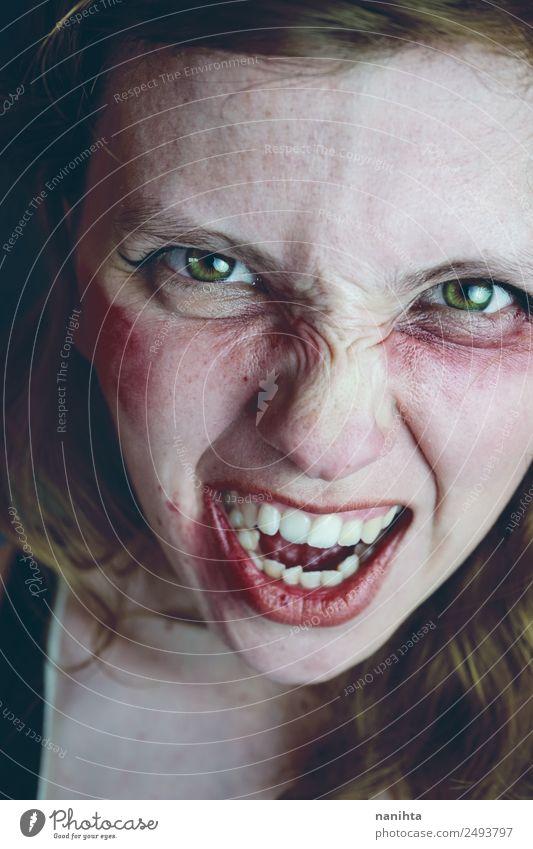 Wütende und aggressive junge Frau Mensch feminin Junge Frau Jugendliche Erwachsene 1 18-30 Jahre schreien Aggression dunkel gruselig verrückt Gefühle Laster
