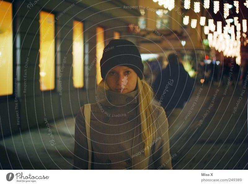 Ein Hoch auf die kalte Jahreszeit - Weihnachtsmarkt Mensch Jugendliche kalt feminin dunkel Erwachsene blond Spaziergang Mütze 18-30 Jahre Stadtzentrum Junge Frau Weihnachtsmarkt Lichterkette Frau herzförmig