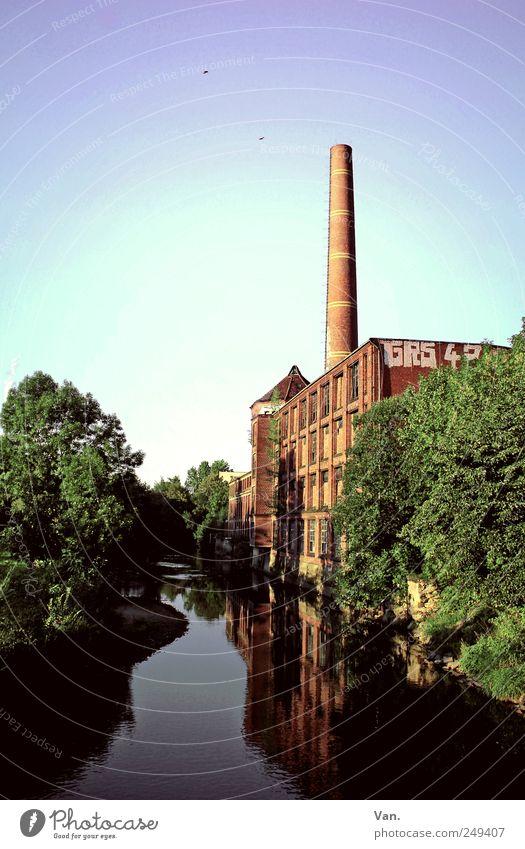 ausgedient Umwelt Wasser Himmel Baum Flussufer Stadtrand Menschenleer Industrieanlage Bauwerk Mauer Wand Fassade Fenster Schornstein alt grün rot Fabrik