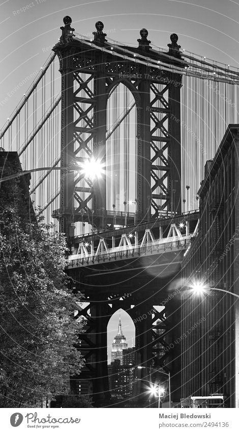Manhattan Bridge von Dumbo, NYC aus gesehen. Ausflug Sightseeing Städtereise Lampe Kleinstadt Stadt Brücke Gebäude Sehenswürdigkeit Wahrzeichen Straße